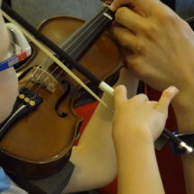 dziecko ćwiczące grę na skrzypcach