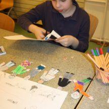 Chłopiec przygotowujący scenografię