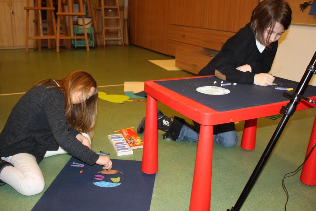 Dzieci pracujące nad scenografią