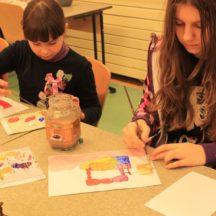 Dwie dziewczynki malujące w trakcie zajęć plastycznych