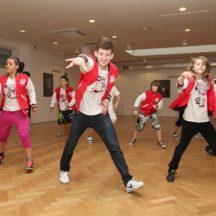 Grupa tańczących młodych ludzi