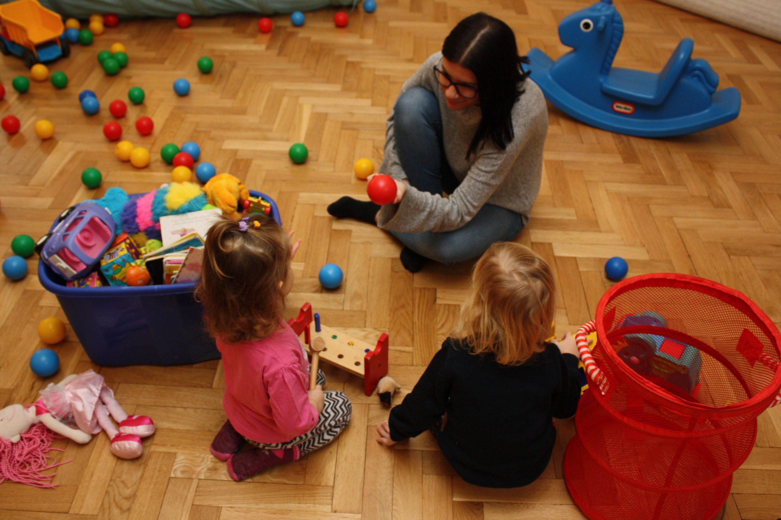 Dzieci bawiące się podczas zajęć.