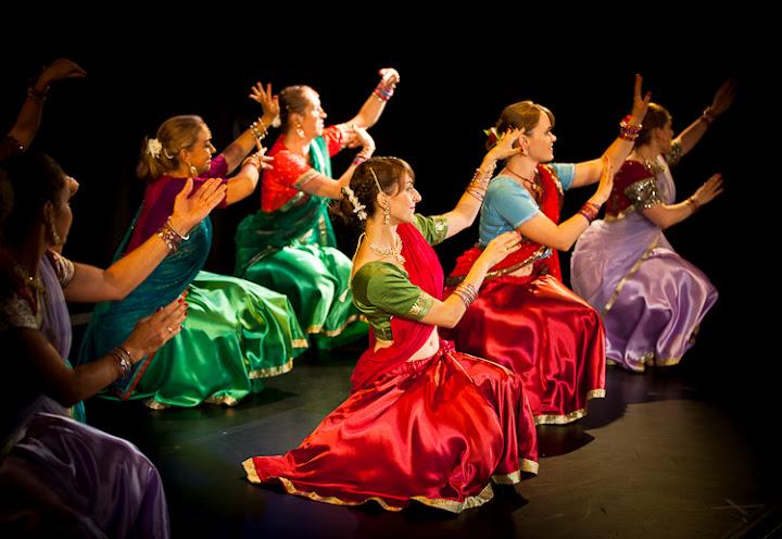 Grupa tancerek w różnokolorowych sari w trakcie pokazu tańca