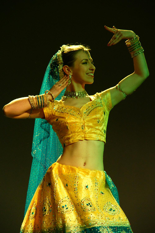 Instruktorka w żółtym sari w trakcie pokazu