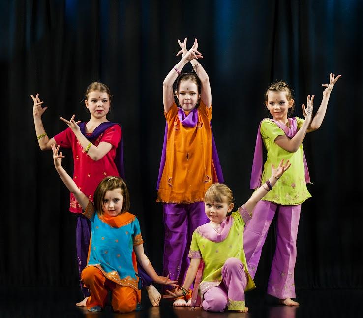 Pięć dziewczynek pozujących w sari w czasie pokazu tańca