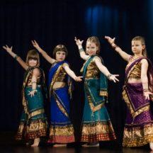 Cztery dziewczynki w sari tańczące w czasie pokazu