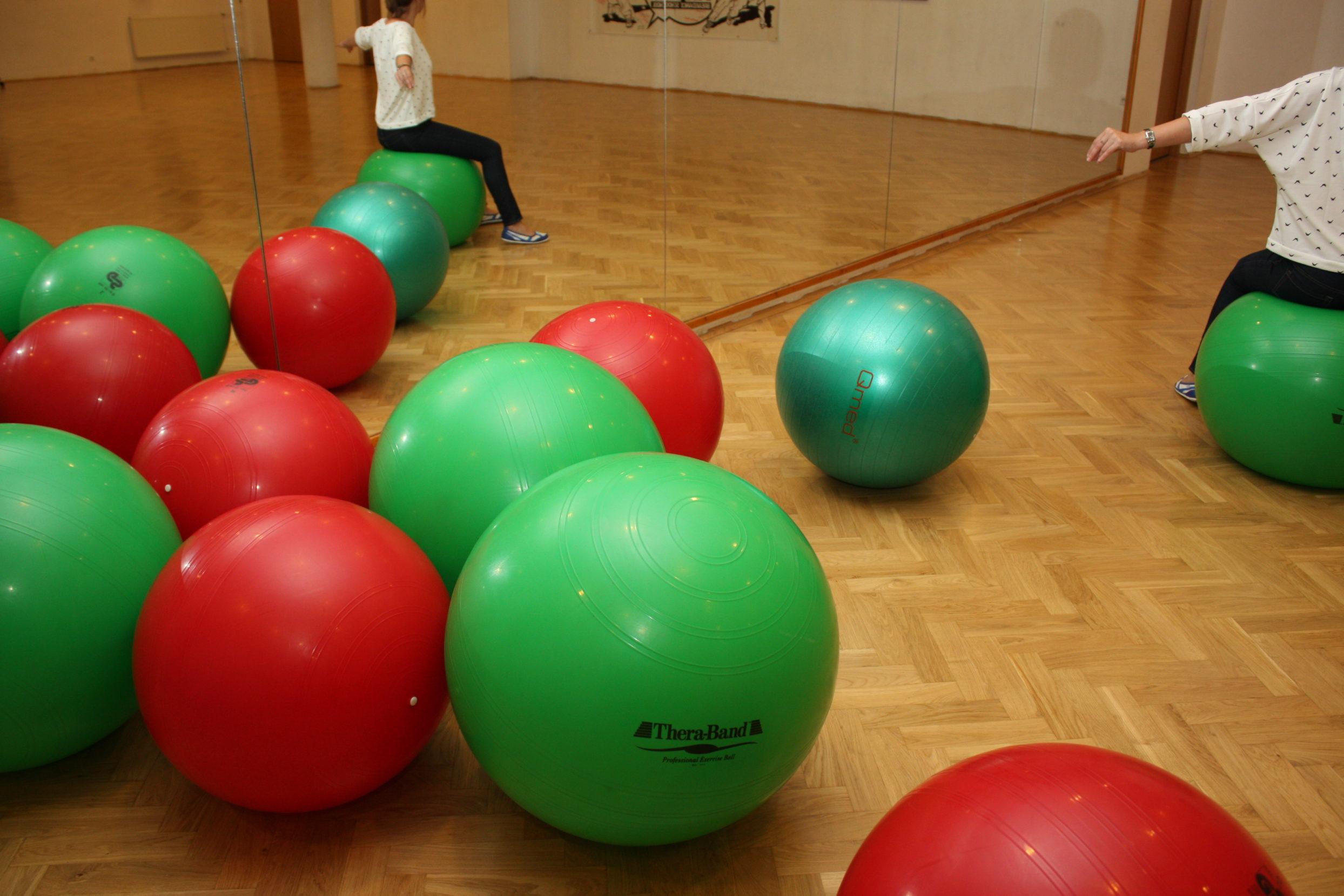 Zielone i czerwone piłki do ćwiczeń fitnessowych