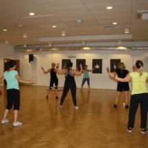 Kobiety w strojach sportowych w trakcie ćwiczeń fitness