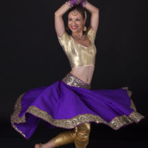 Tancerka w sari w jednej z póz charakterystycznych dla tańca indyjskiego