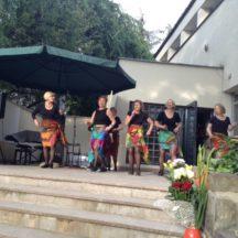 Grupa pań uczestniczy w zajęciach solo-latino