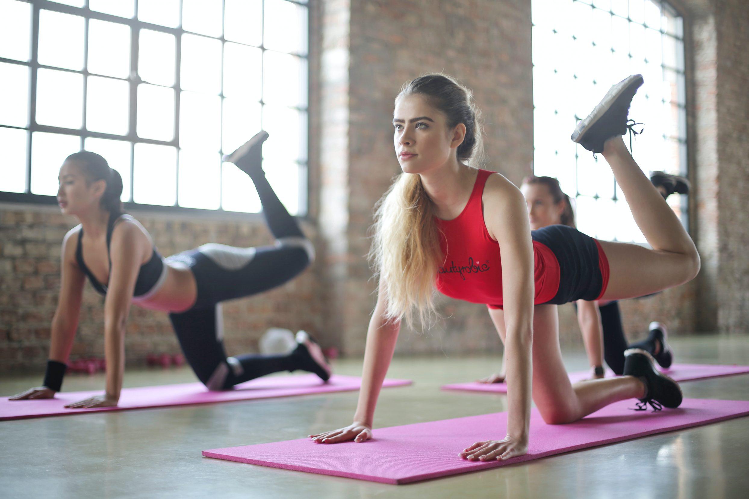 kobieta ćwiczy na macie