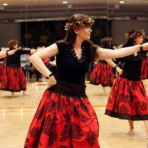 Grupa kobiet tańczy w czasie pokazu