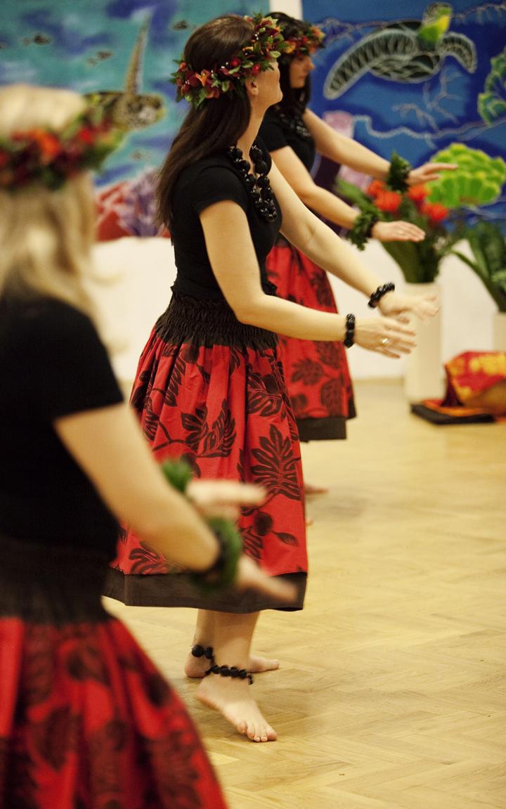 Kobiety w trakcie ćwiczenia tańca Hula