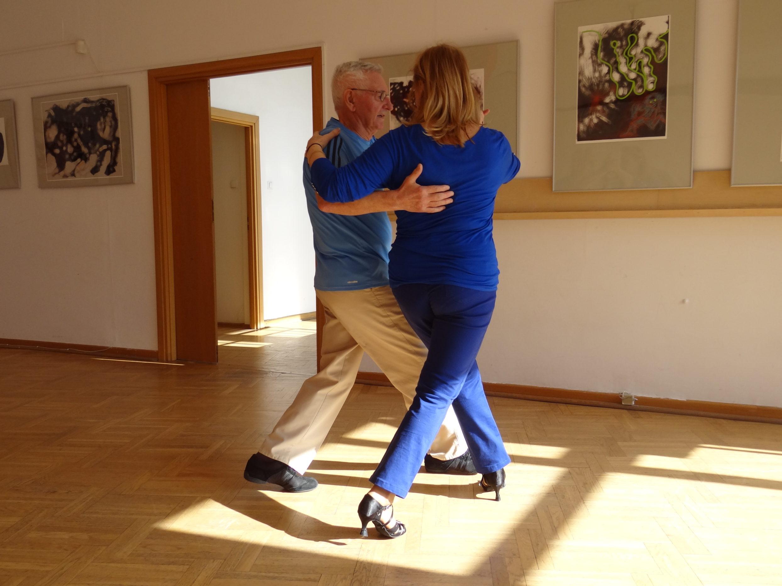 Tańcząca para seniorów