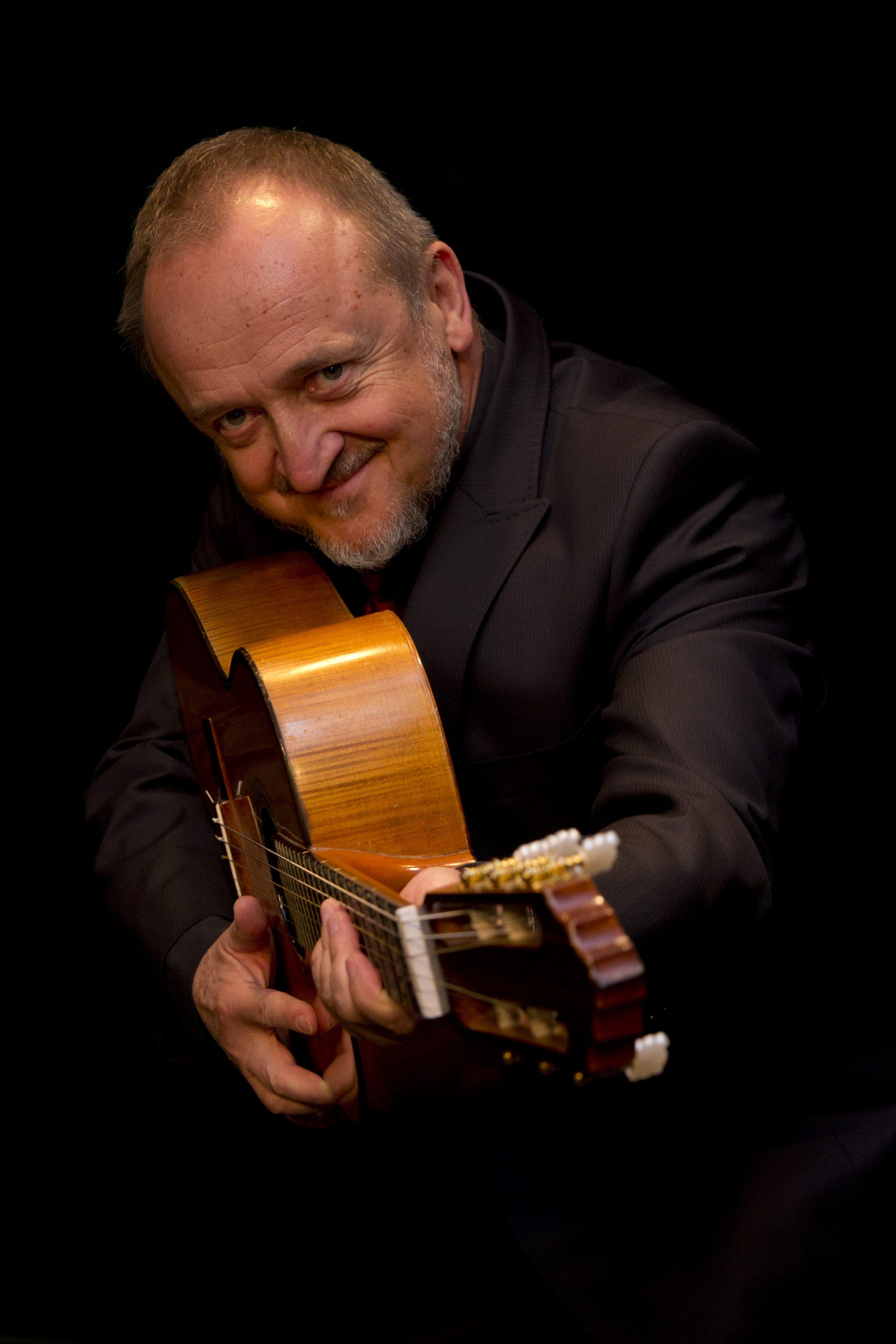 artysta z gitarą