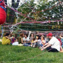 ludzie na trawie