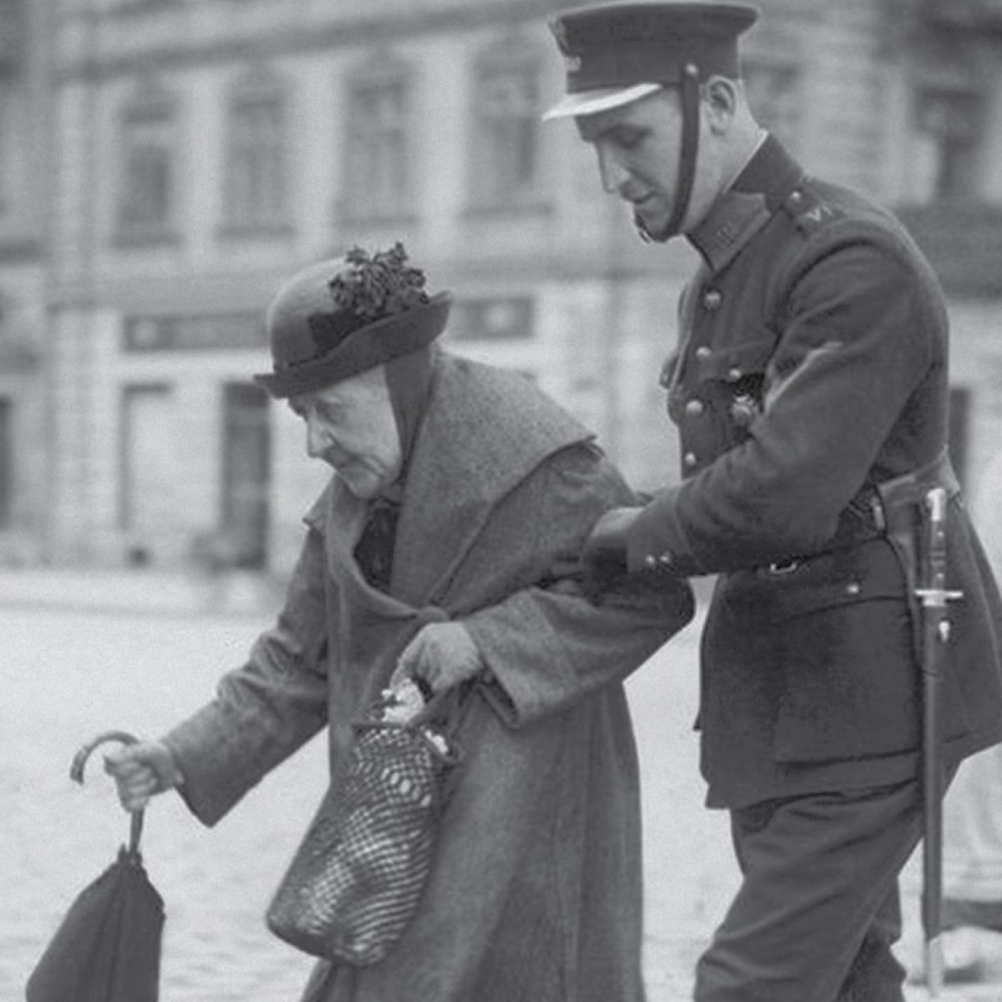 staruszka i policjant
