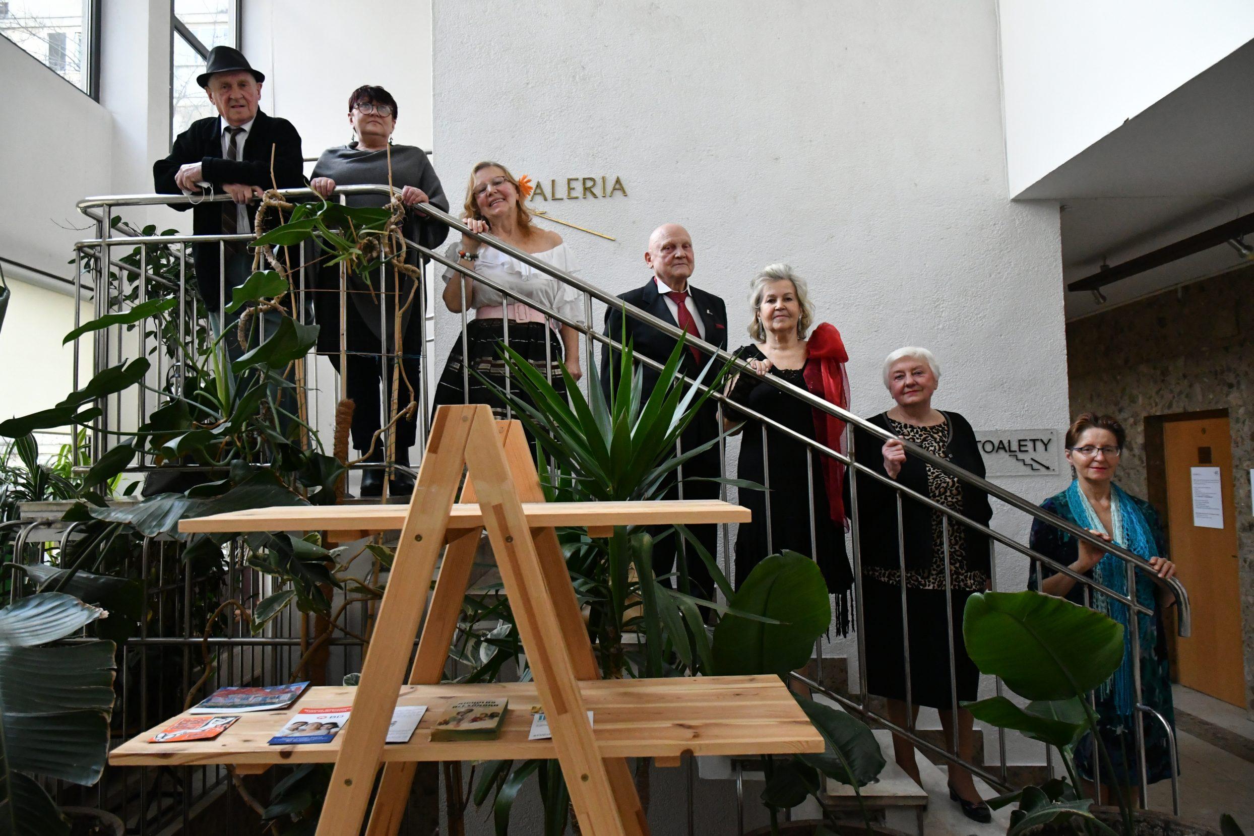 Grupa Sonata- 2 mężczyzn i 4 kobiety stojące na schodach