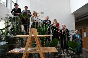 Grupa Sonata- 2 mężczyzn i4 kobiety stojące naschodach