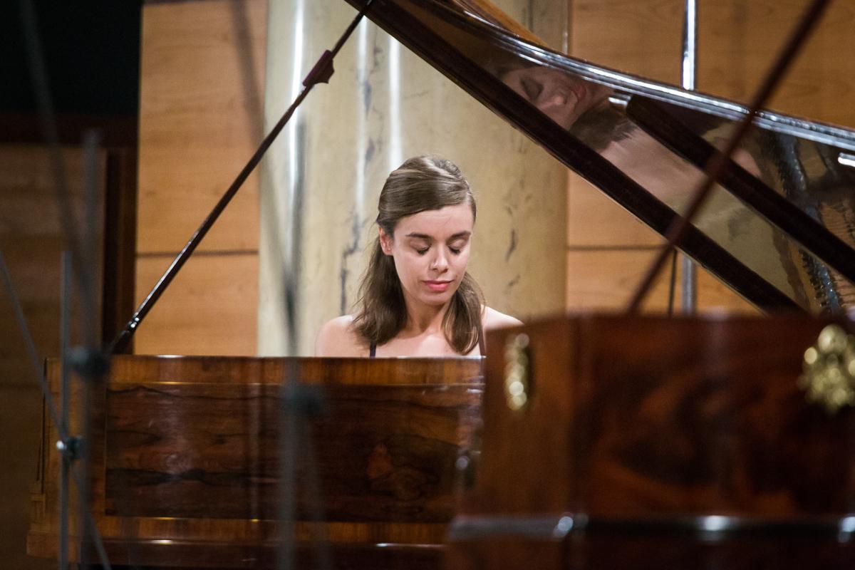 kobieta przy fortepianie