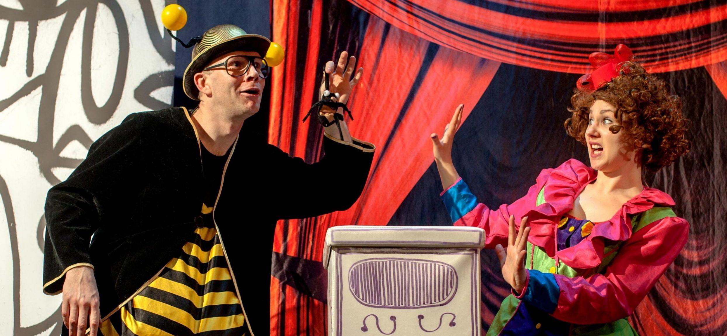 aktorzy na scenie, mężczyzna w stroju pszczoły, kobieta w stroju Pchły Szachrajki