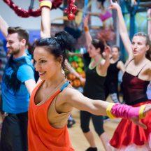 Grupa osob tańczących zumbę