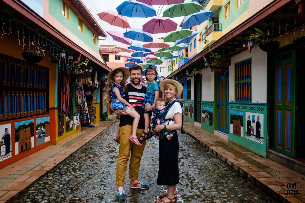 Rodzina z trójką dzieci w Kolumbii