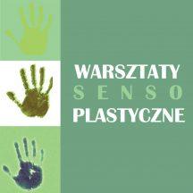 na zielonym tle ślady dłoni, napis warsztaty sensoplastyczne